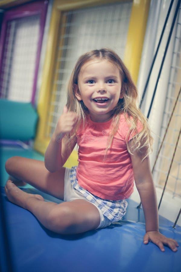 flicka little lekplats Caucasian flicka som ser kameran royaltyfri fotografi