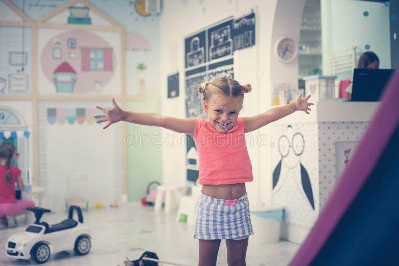 flicka little lekplats Caucasian flicka som spelar i lekrum L royaltyfria foton