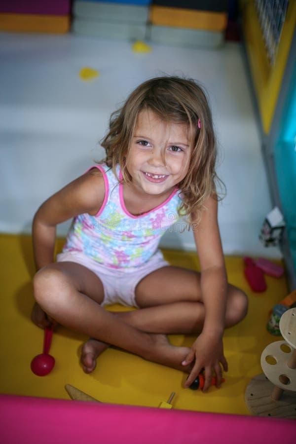 flicka little lekplats Caucasian flicka som spelar med leksaken se royaltyfri fotografi