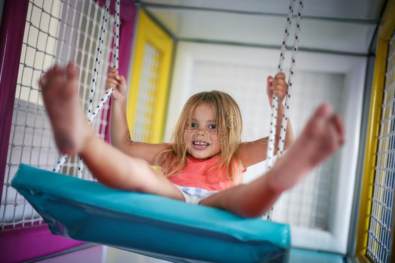 flicka little lekplats Flickan vaggar på gungan royaltyfria foton