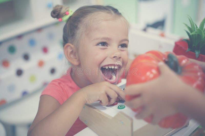 flicka little lekplats Lycklig flicka som spelar med kontanta barn arkivbilder