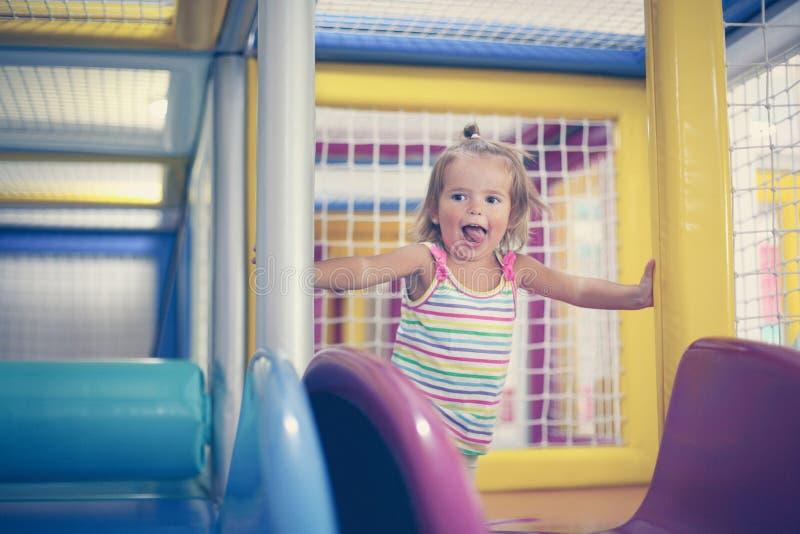 flicka little lekplats Lyckligt liten flickasammanträde på kälken arkivbilder