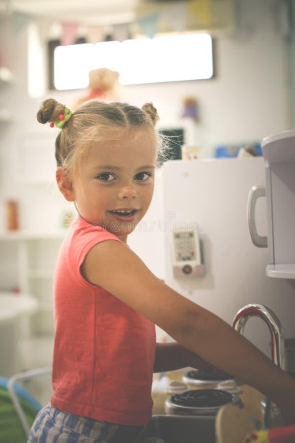 flicka little lekplats Flicka som spelar i barnkök royaltyfri foto