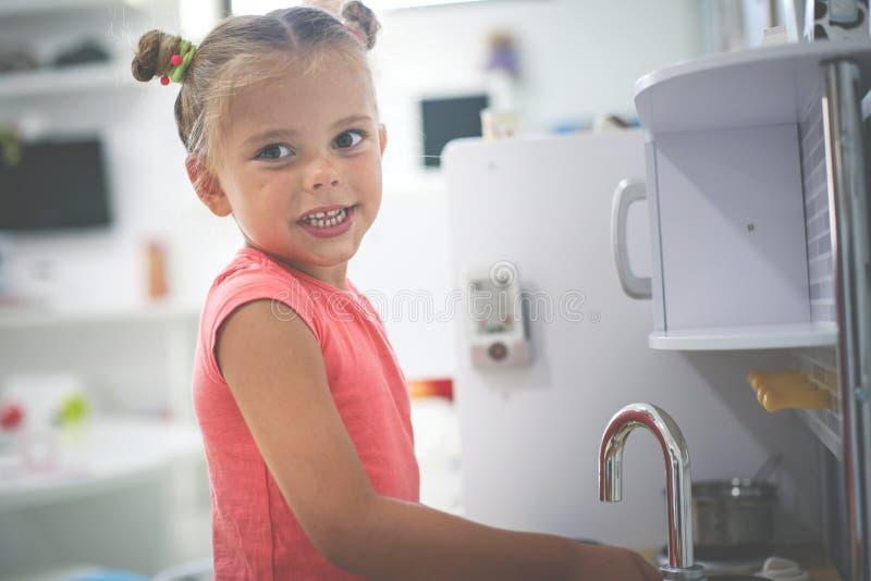 flicka little lekplats Flicka som spelar i barnkök royaltyfri fotografi