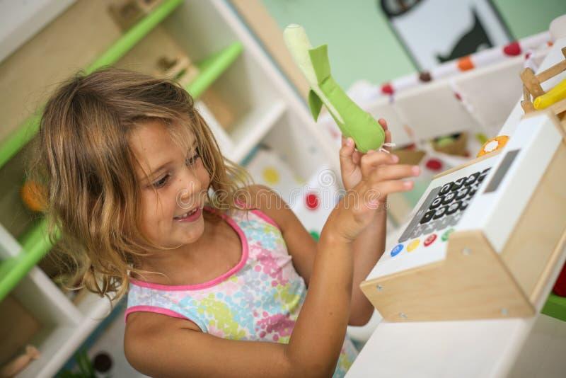 flicka little lekplats Flicka som spelar med barnkassa regis royaltyfri foto