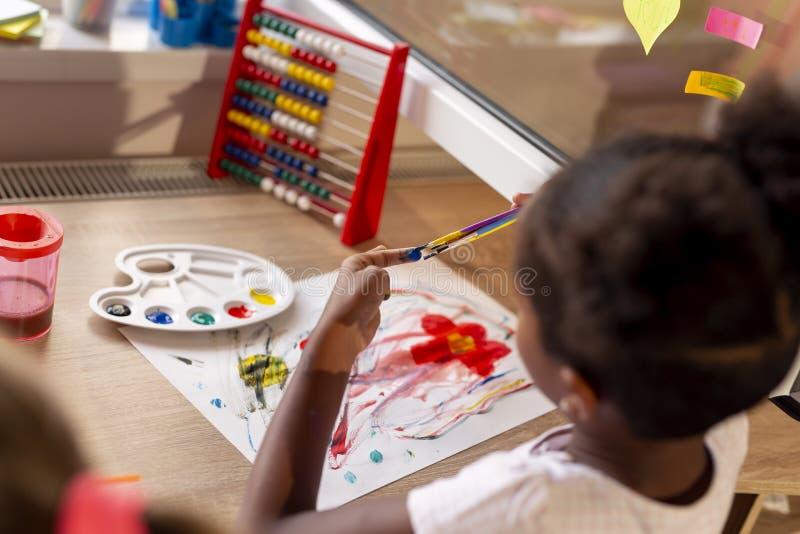 flicka little målning arkivbild
