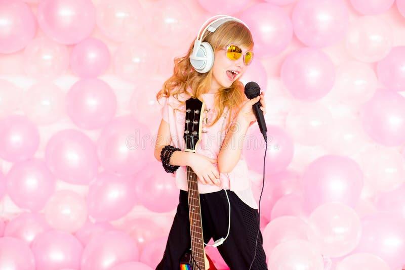 flicka little mikrofon fotografering för bildbyråer