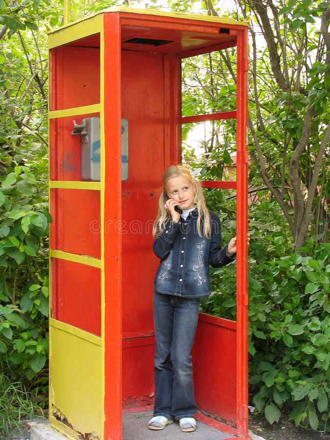 flicka little mobil telefon arkivfoton