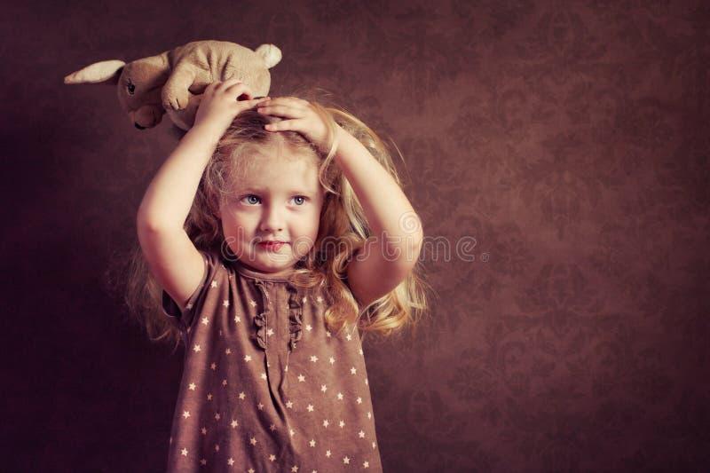 flicka little nätt kanintoy arkivbild