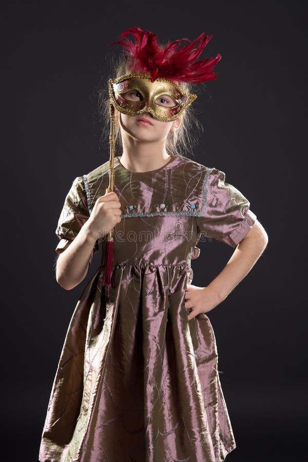 flicka little nätt maskering royaltyfri foto