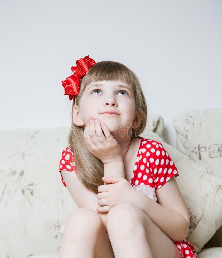 flicka little nätt tänka arkivfoto