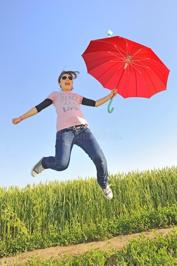 flicka little paraply arkivfoton