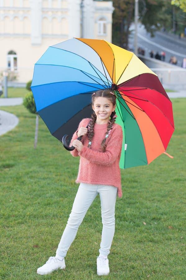 flicka little paraply under rain regnb?gen Optimist och gladlynt V?rstil Positivt lynne i den regniga hösten royaltyfria bilder