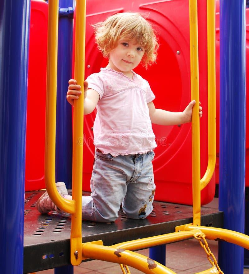 flicka little posera för lekplats royaltyfri foto