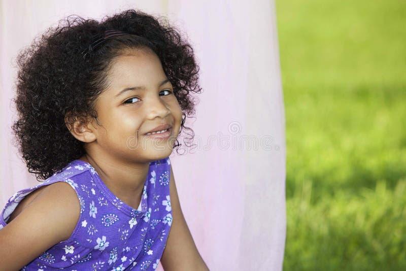 flicka little posera för yttersida arkivbilder