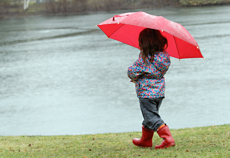 flicka little regn royaltyfri bild