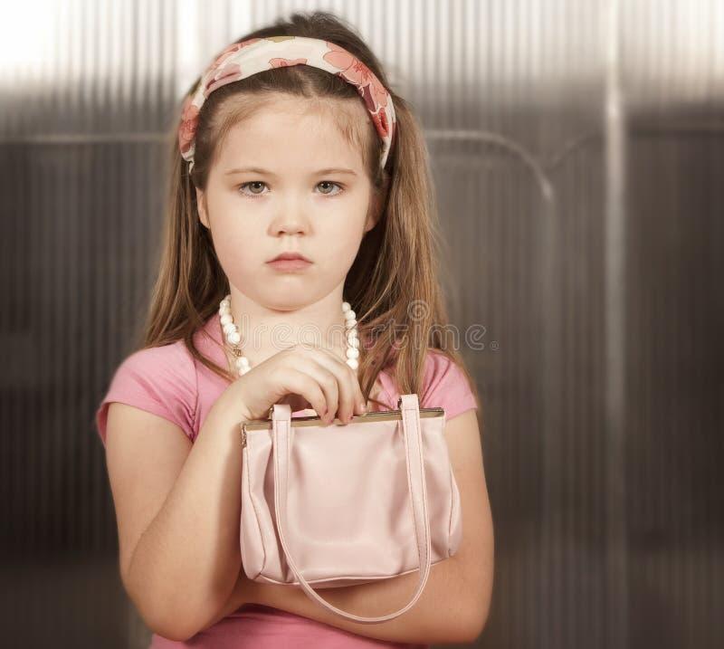 flicka little rosa handväska royaltyfri bild