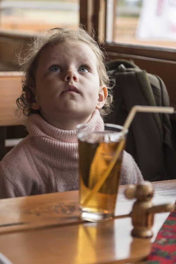 flicka little sittande tabell royaltyfri bild
