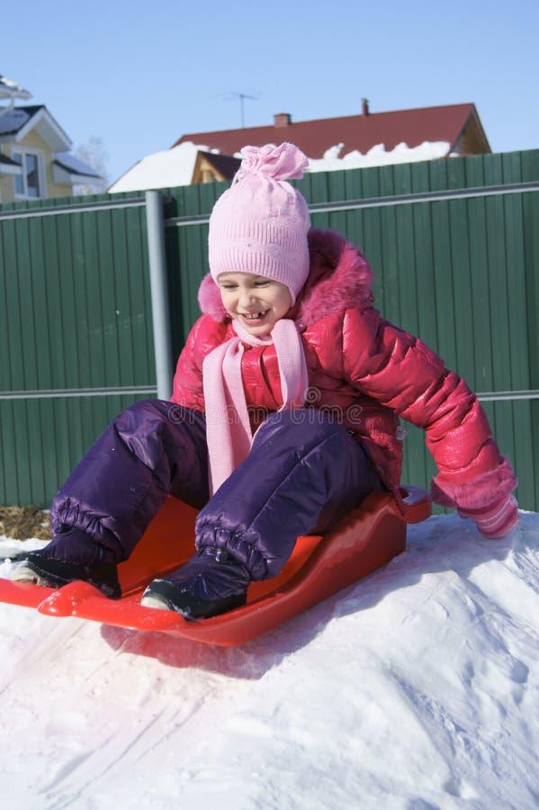 flicka little sled arkivbild