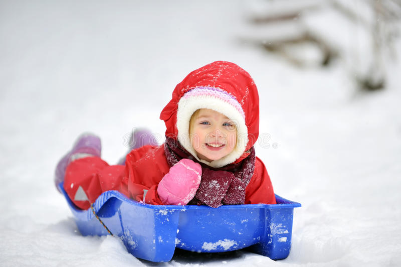 flicka little sleigh arkivbild