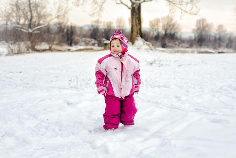 flicka little snow arkivbilder