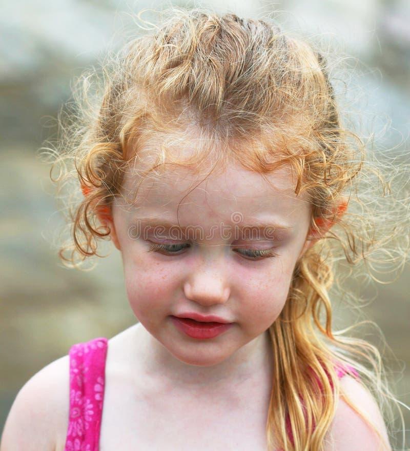 flicka little som är eftertänksam royaltyfria bilder