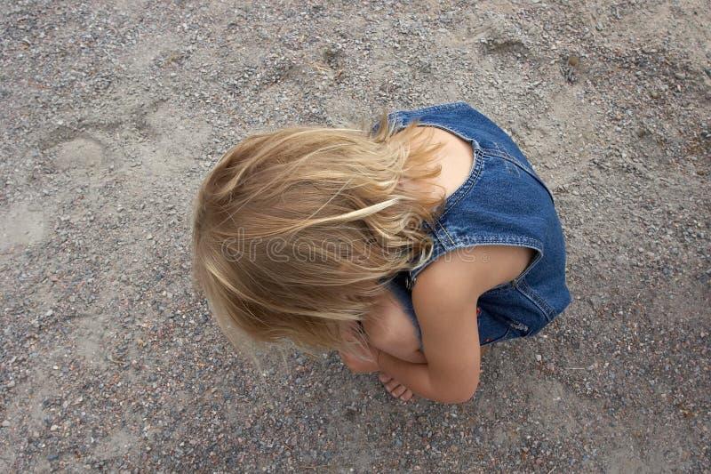 flicka little som är ensam arkivbild