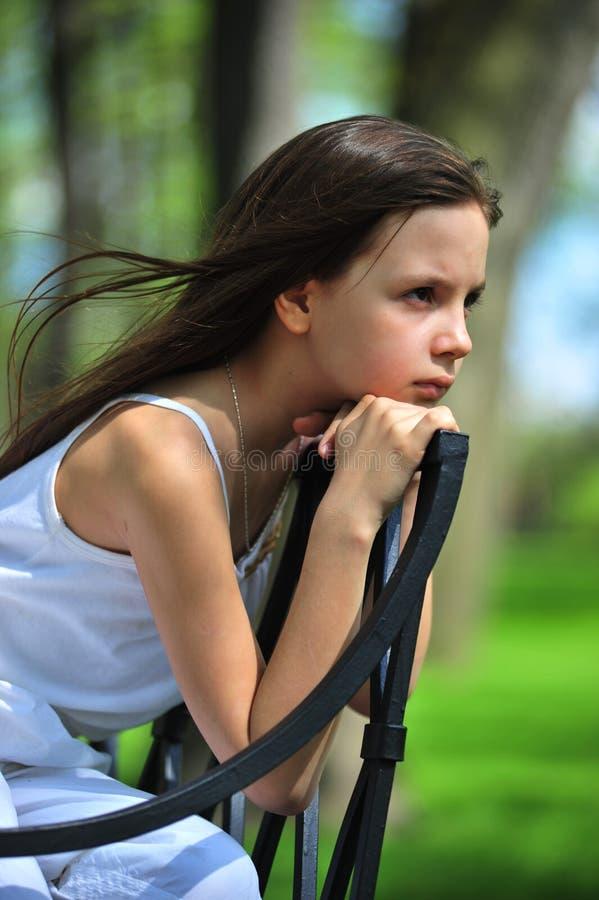 flicka little som är fundersam royaltyfria foton