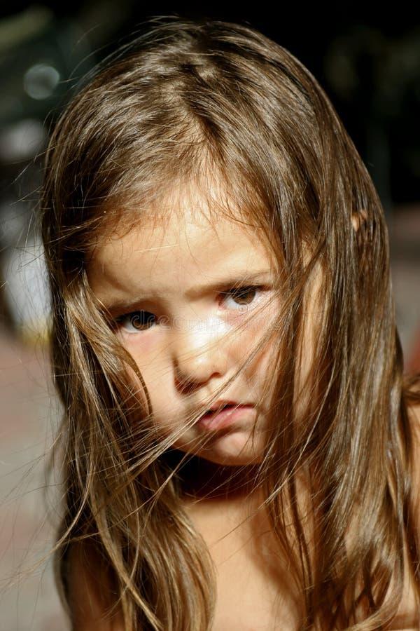 flicka little som är SAD fotografering för bildbyråer