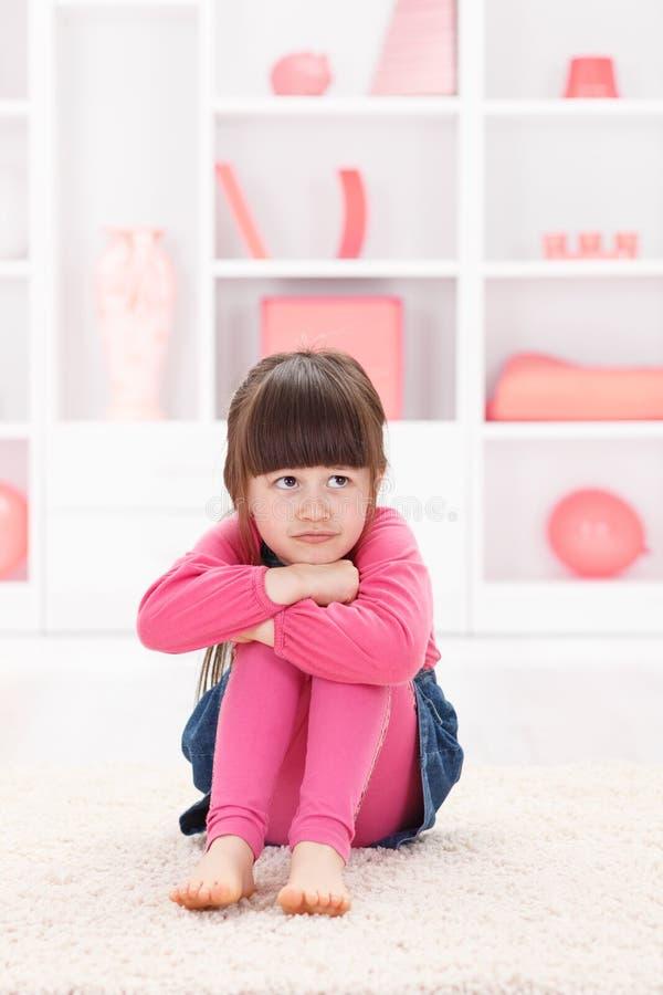 flicka little som är SAD arkivfoton