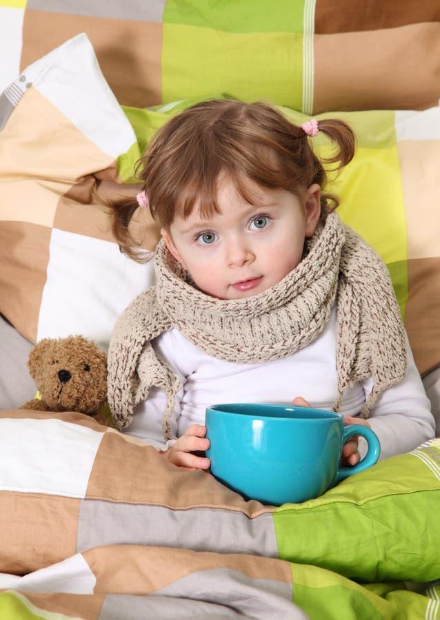 flicka little som är sjuk arkivbild