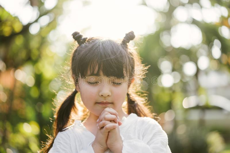 flicka little som ber ungen ber Gest av tro H?nder vek i b?nbegreppet f?r tro, andlighet och religion royaltyfria foton