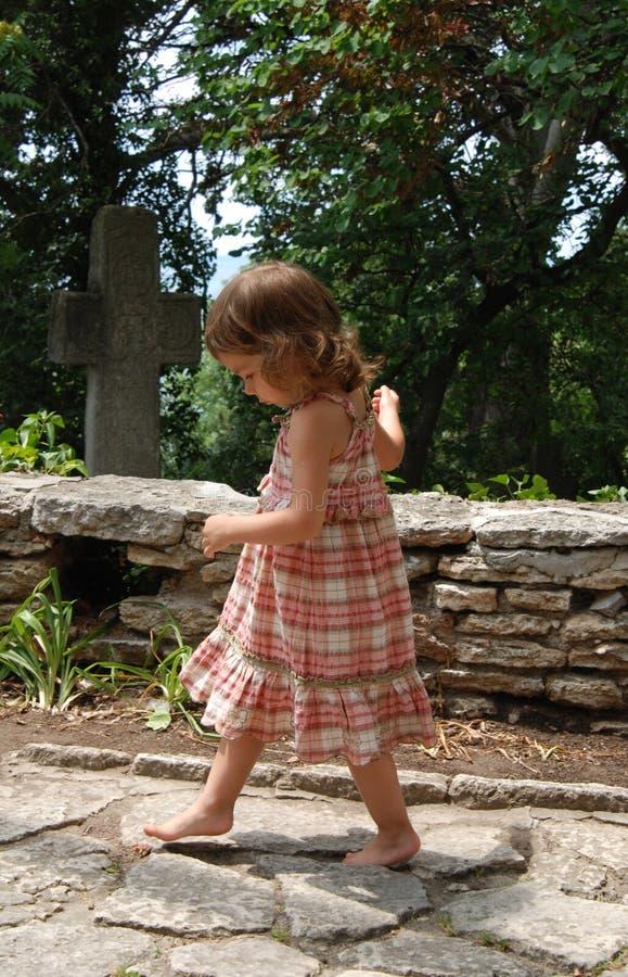 flicka little som går royaltyfri bild
