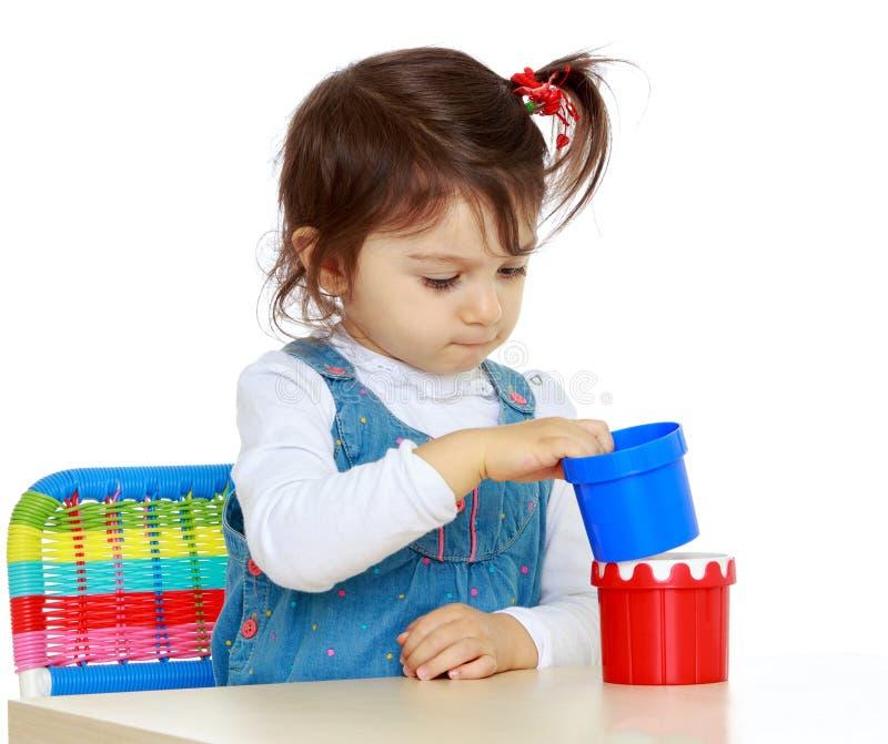 flicka little som leker royaltyfri fotografi