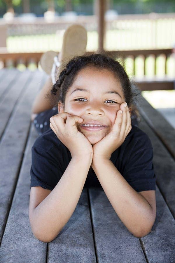 flicka little som ler arkivfoton