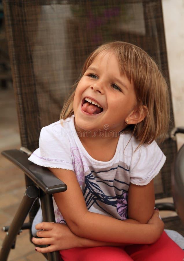 flicka little som ler royaltyfri foto
