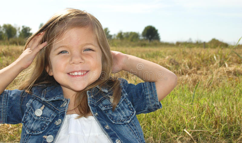 flicka little som poserar arkivbild