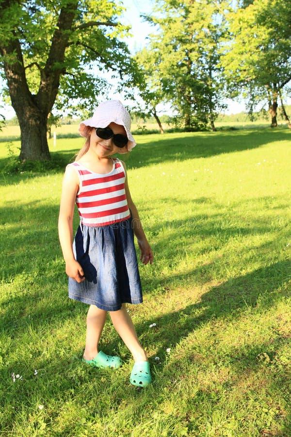 flicka little som poserar arkivfoton