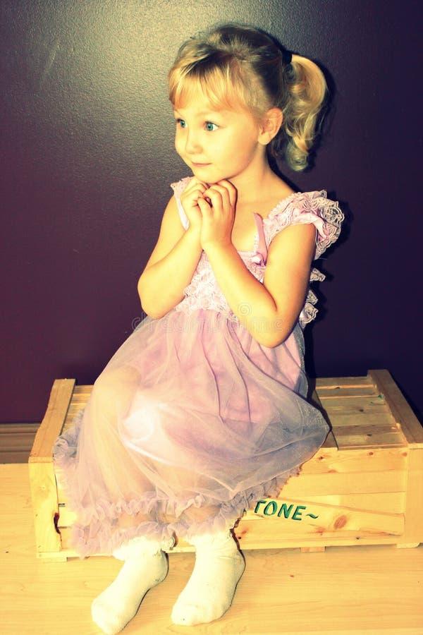 flicka little som poserar fotografering för bildbyråer