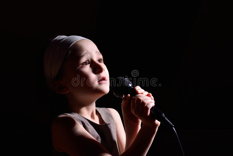 flicka little som sjunger arkivfoto
