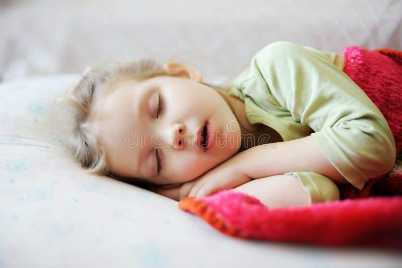 flicka little som sovar royaltyfria foton