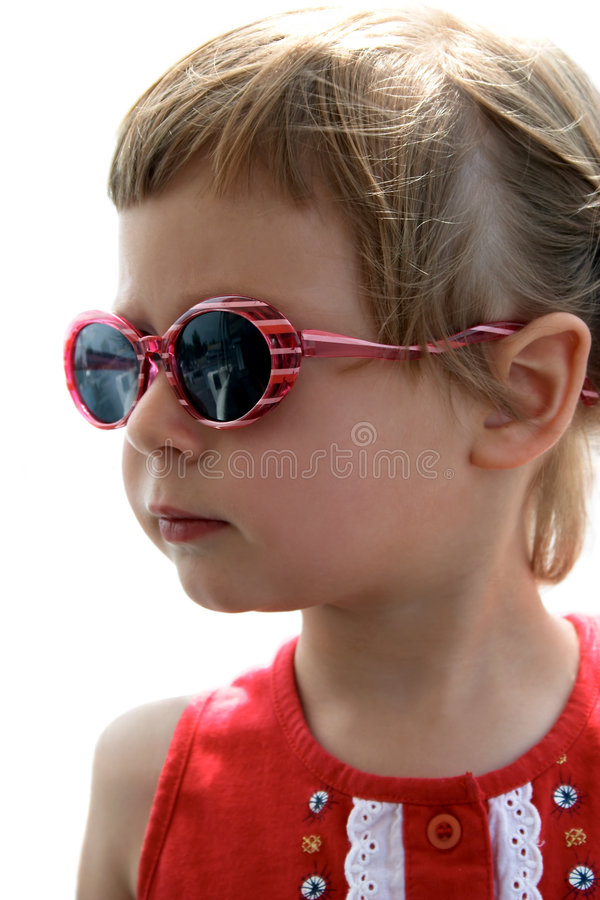 flicka little ståendesolglasögon royaltyfri bild