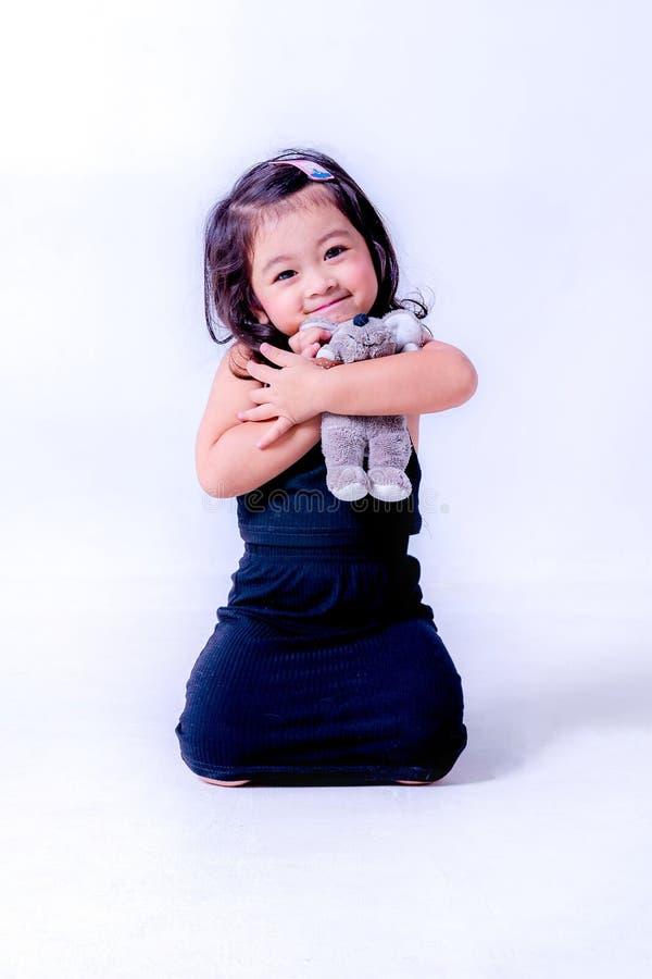 flicka little st?ende lycklig liten flicka i studion, vit bacground för modeungestående arkivbilder