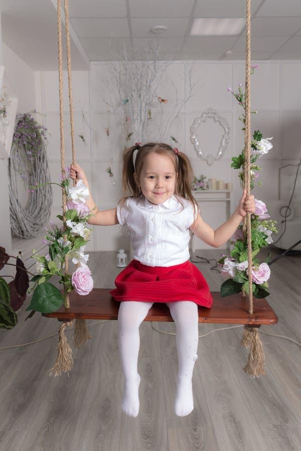 flicka little swing fotografering för bildbyråer