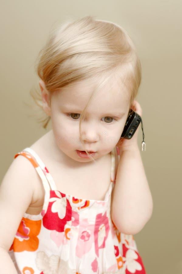 flicka little telefon royaltyfri bild