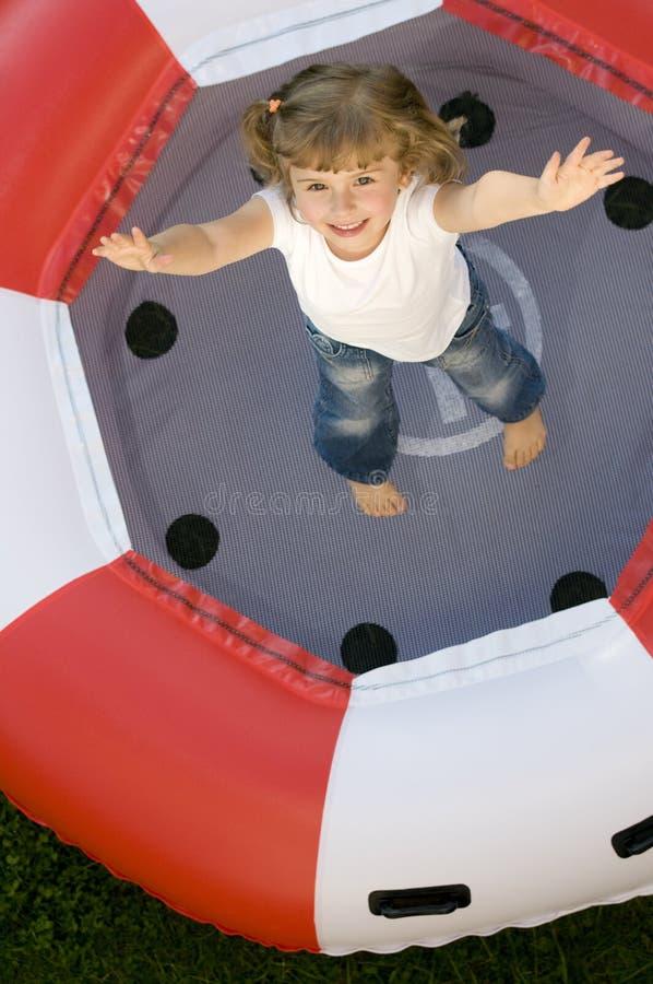 flicka little trampoline arkivfoto