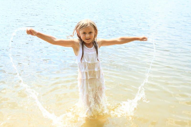 flicka little vatten arkivbilder
