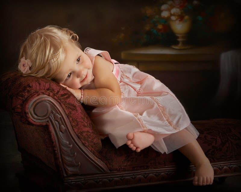 flicka little vilande settee royaltyfria foton