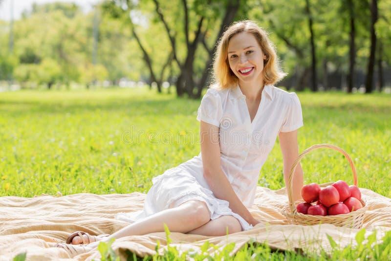 Flicka med äpplet fotografering för bildbyråer