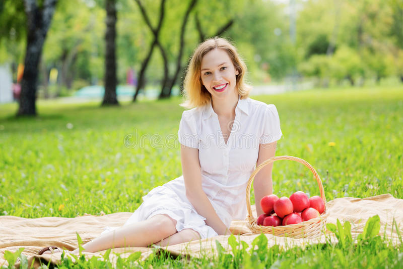 Flicka med äpplet royaltyfri fotografi